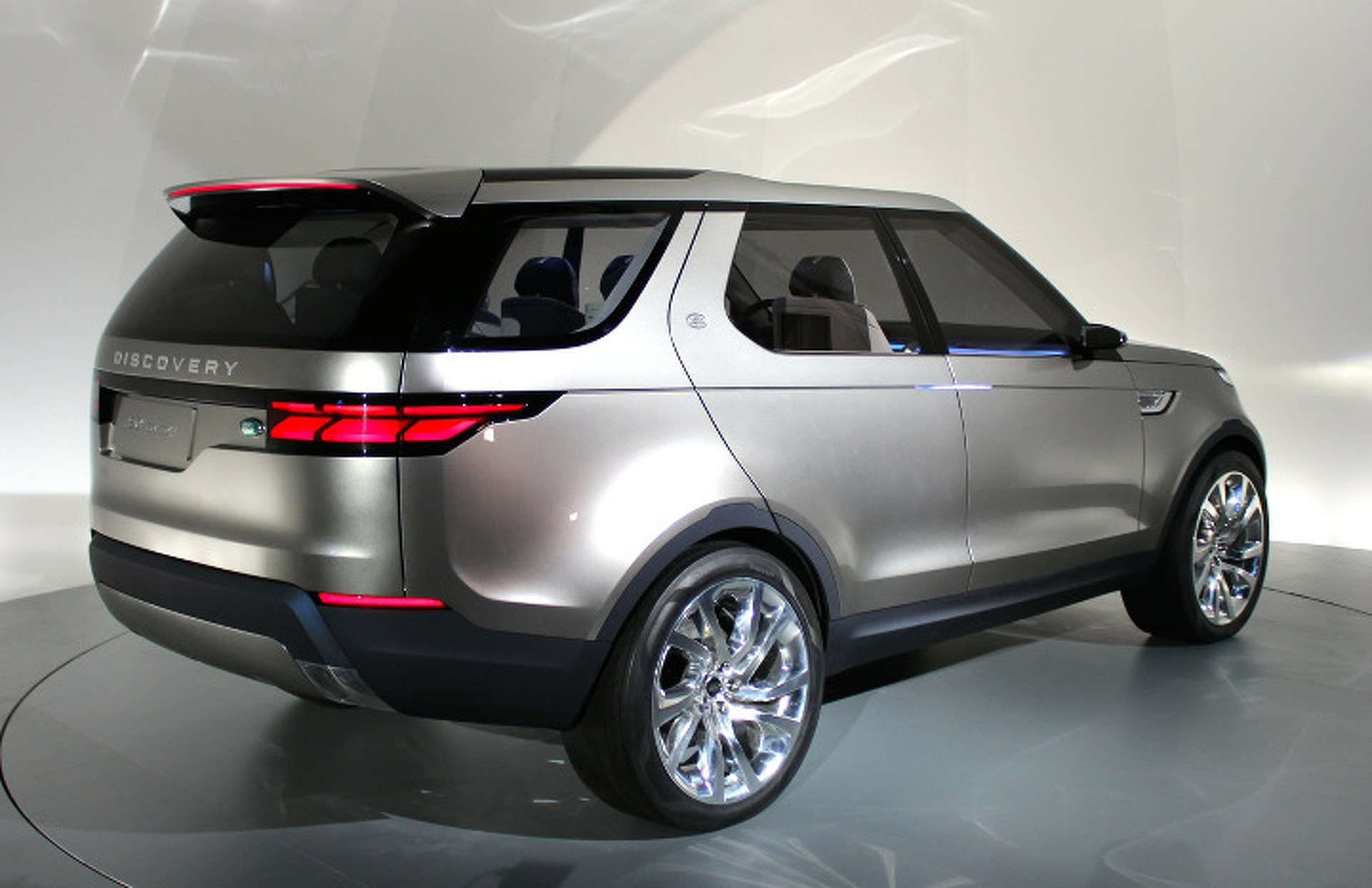 """Land Rover Discovery Vision Concept Says """"So Long"""" to Square"""