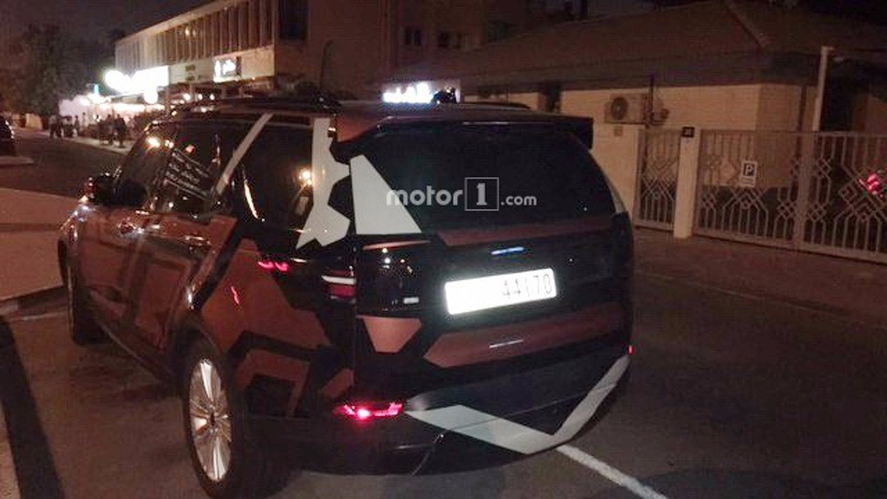 2016 - [Land Rover] Discovery V - Page 5 2017-land-rover-discovery-spied-by-reader