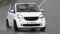 Smart ForTwo Cabrio gets caught in the rain