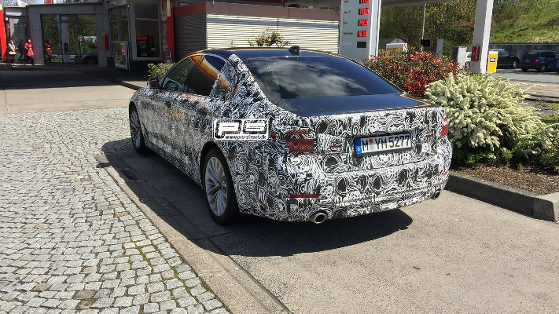 2017-bmw-5-series-spied-at-gas-station-i