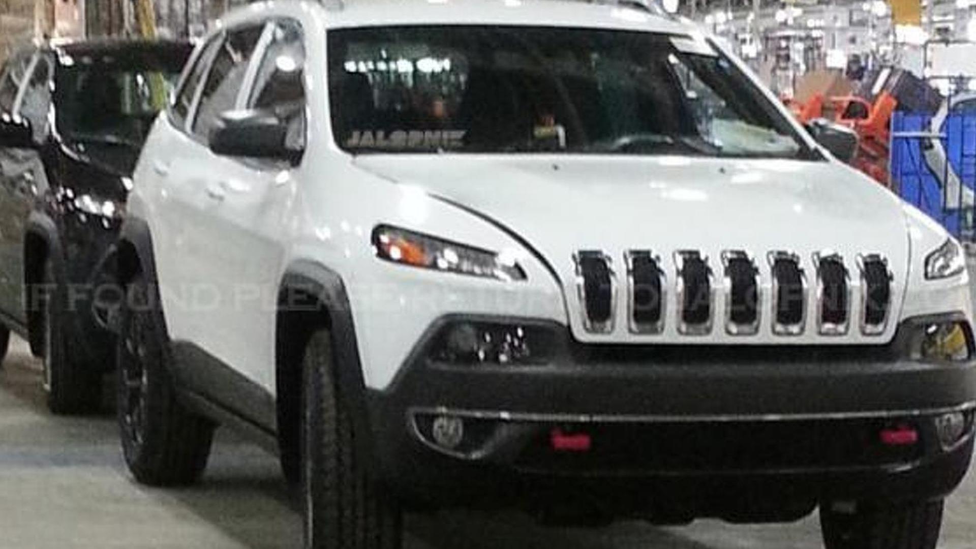 2014 Jeep Cherokee caught undisguised