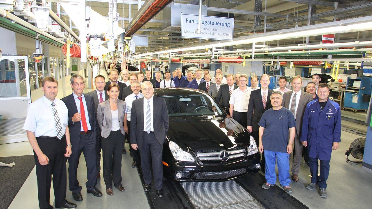 Dr. Eberhard Haller, (fourth from left) with last first generation CLS model, Mercedes-Benz plant, Sindelfingen, Germany, 26.07.2010
