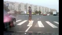 Vídeo: Na Rússia, pedestre não pode reclamar nem se atravessar na faixa