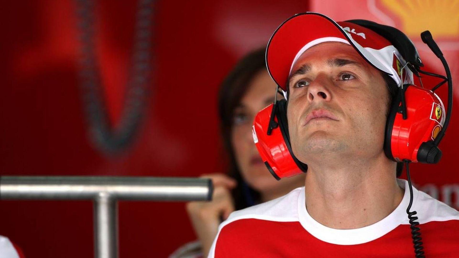 Fisichella tours HRT garage in Bahrain