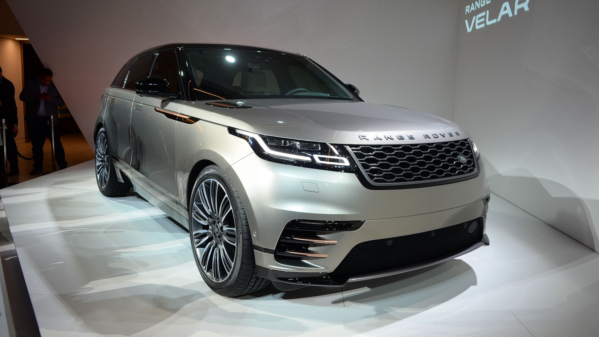 Land rover range rover velar coupe suv arrives this summer for Interieur range rover velar