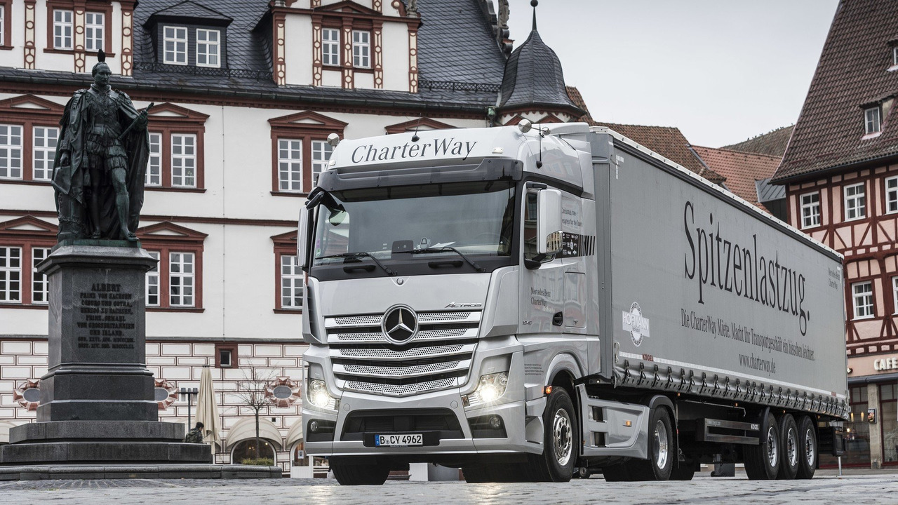 Mercedes delivers a royal christmas tree for Mercedes benz christmas commercial