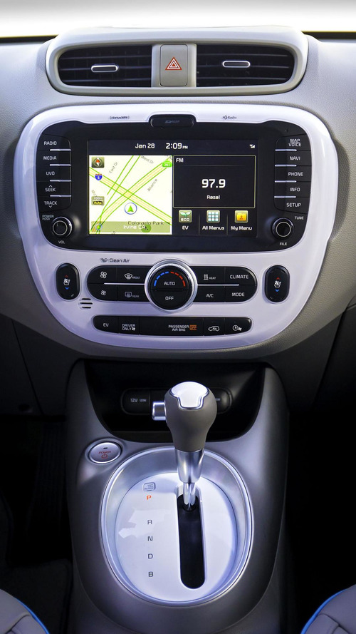 2015 Kia Soul EV charges up the Windy City [video]