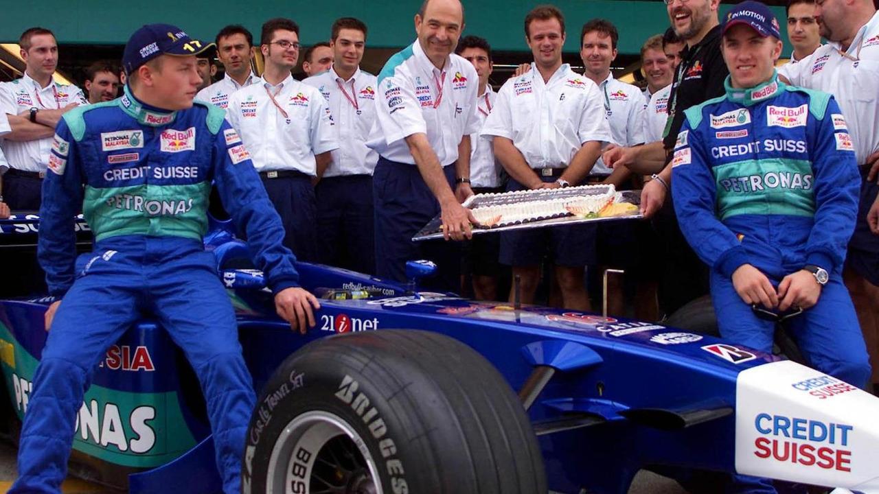 Kimi Raikkonen and Nick Heidfeld with Peter Sauber and team 13.10.2001 Japanese Grand Prix