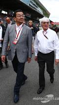 Takahiro Hachigo, Honda CEO with Bernie Ecclestone, on the grid