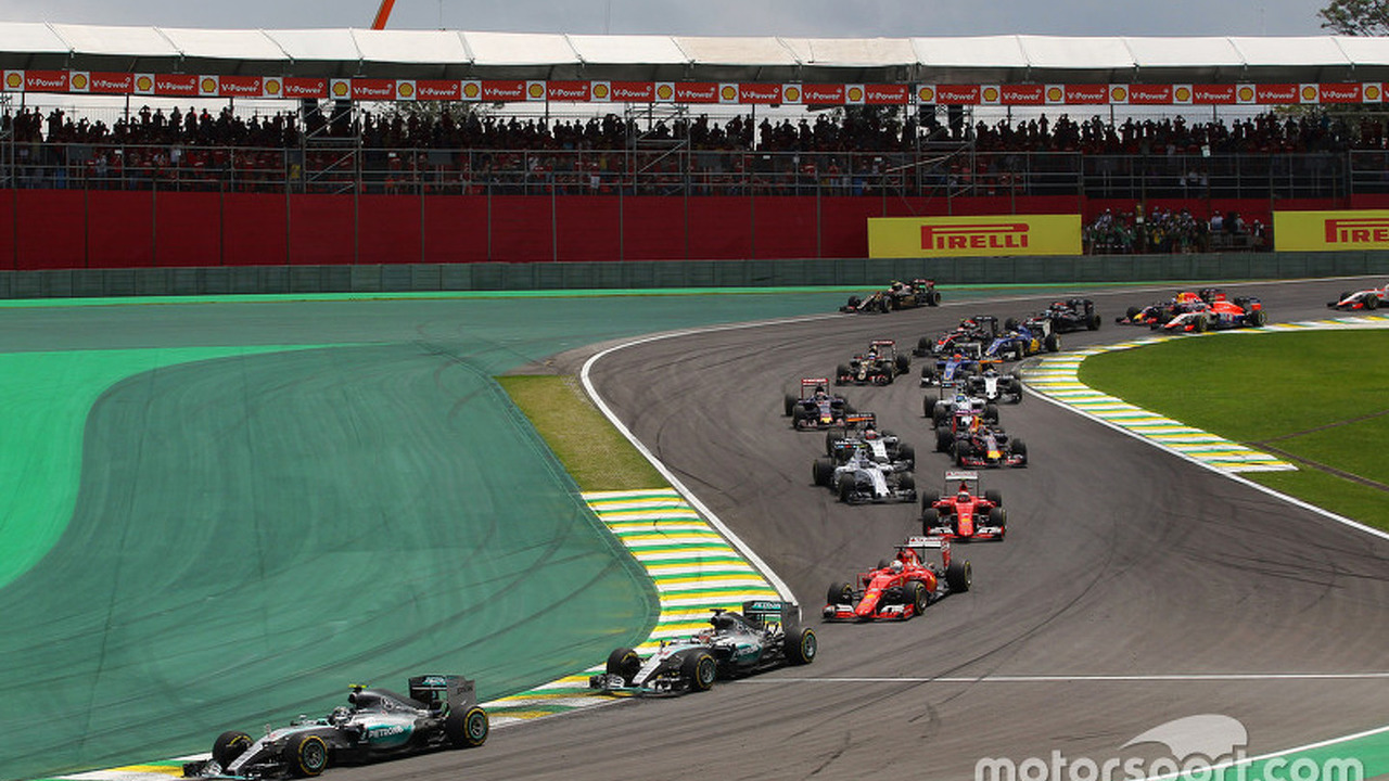 Nico Rosberg, Mercedes AMG F1 W06 leads at the start of the race