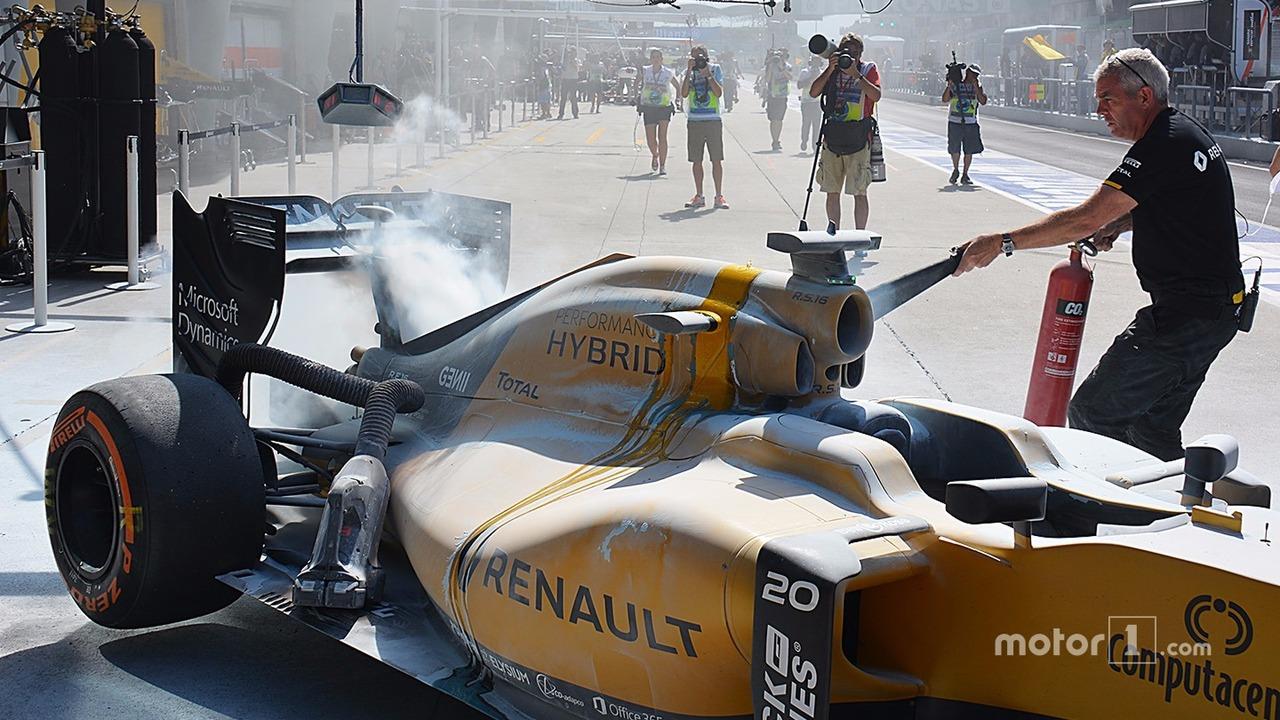 The burned car of Kevin Magnussen, Renault Sport F1 Team RS16 (1)