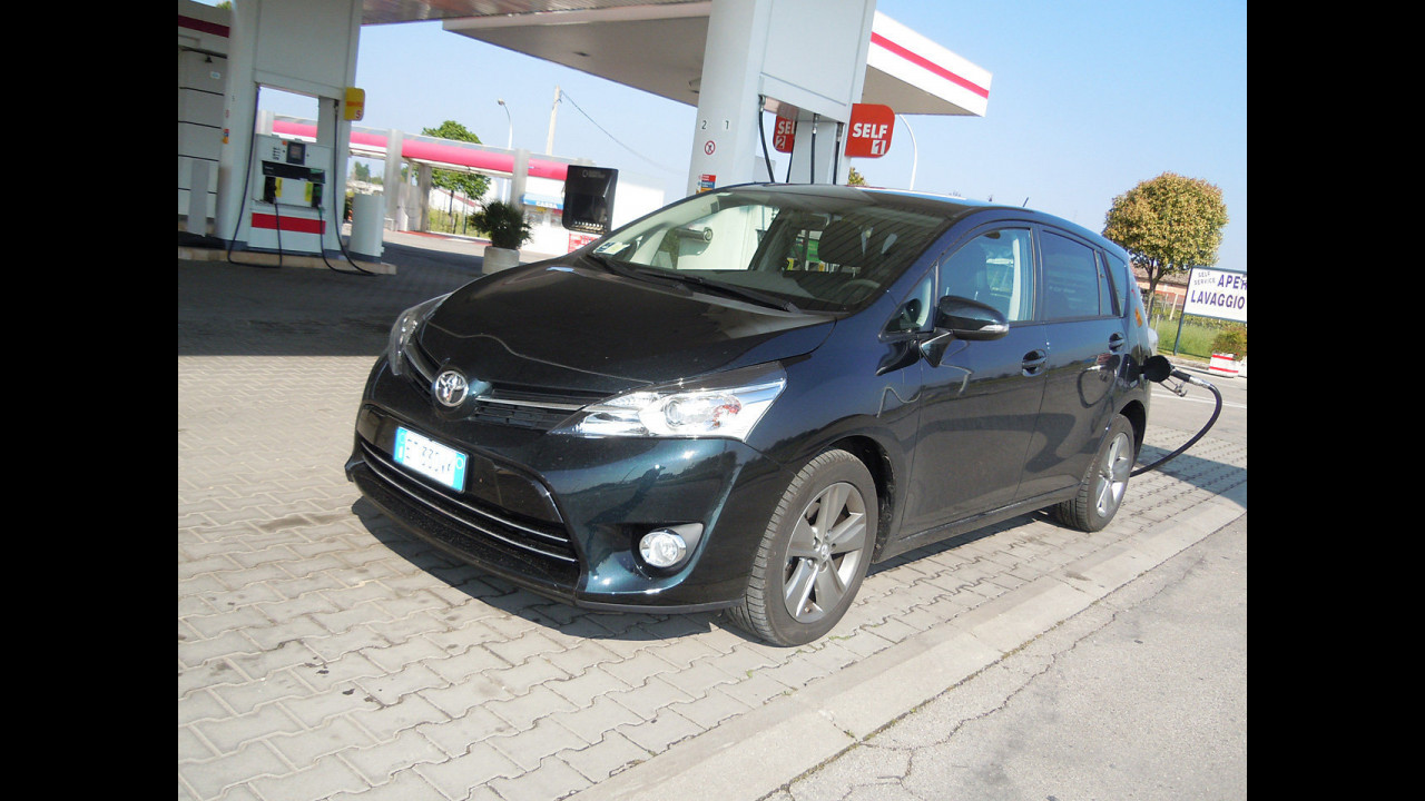 Toyota Verso 1.6 D-4D Active - 4,10 (24,39)