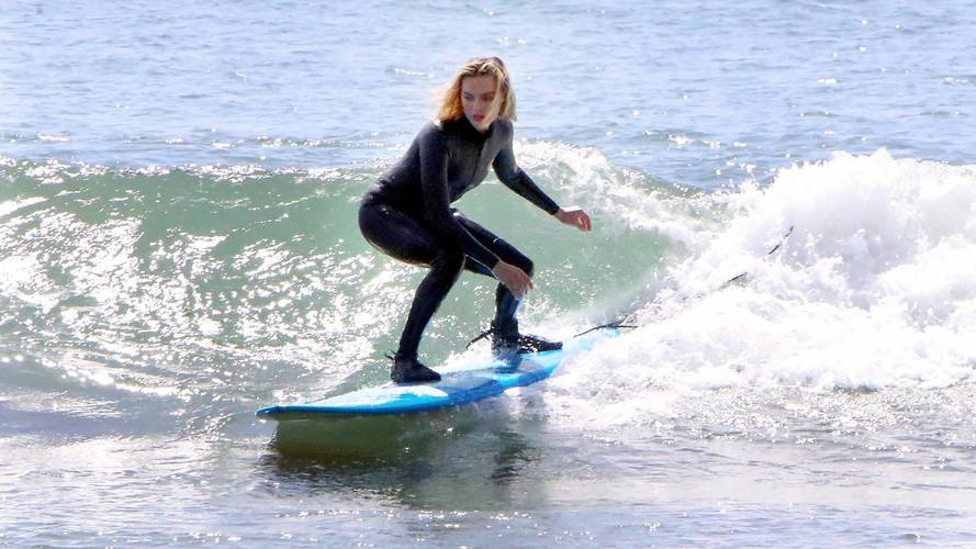 Margot Robbie has gone surfing with her Nissan Leaf