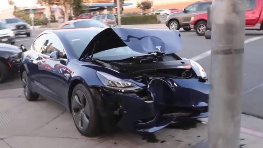 Tesla Model 3 büyük bir direğe çarptı!