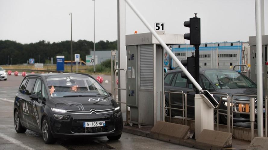 Une voiture autonome franchit un péage toute seule