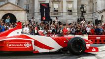 Jenson Button, McLaren, da un paseo de pasajero a Naomi Campbell en el coche de 2 plazas