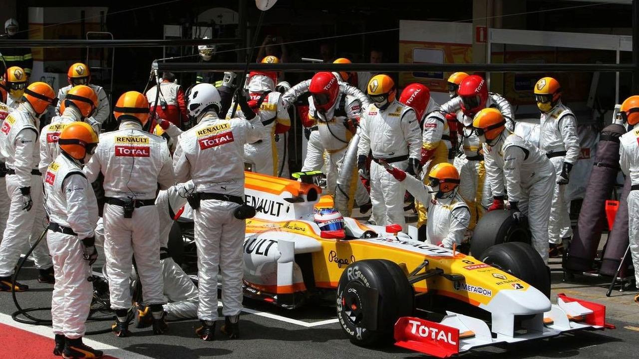 Romain Grosjean (FRA), Renault F1 Team, pitstop, Brazilian Grand Prix, Sunday Race, 18.10.2009 Sao Paulo, Brazil