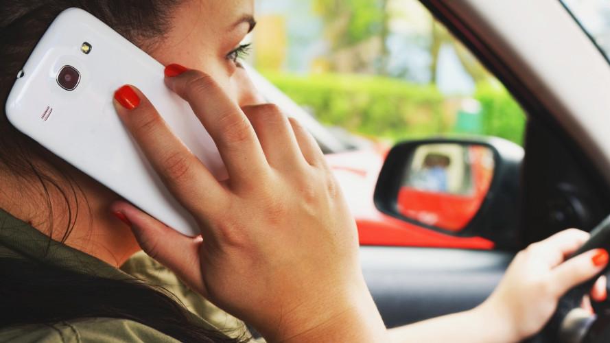 Divieto di smartphone alla guida, in arrivo nuove regole