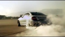 VÍDEOS: Mercedes C63 AMG Coupé faz manobras escolhidas por fãs no Facebook