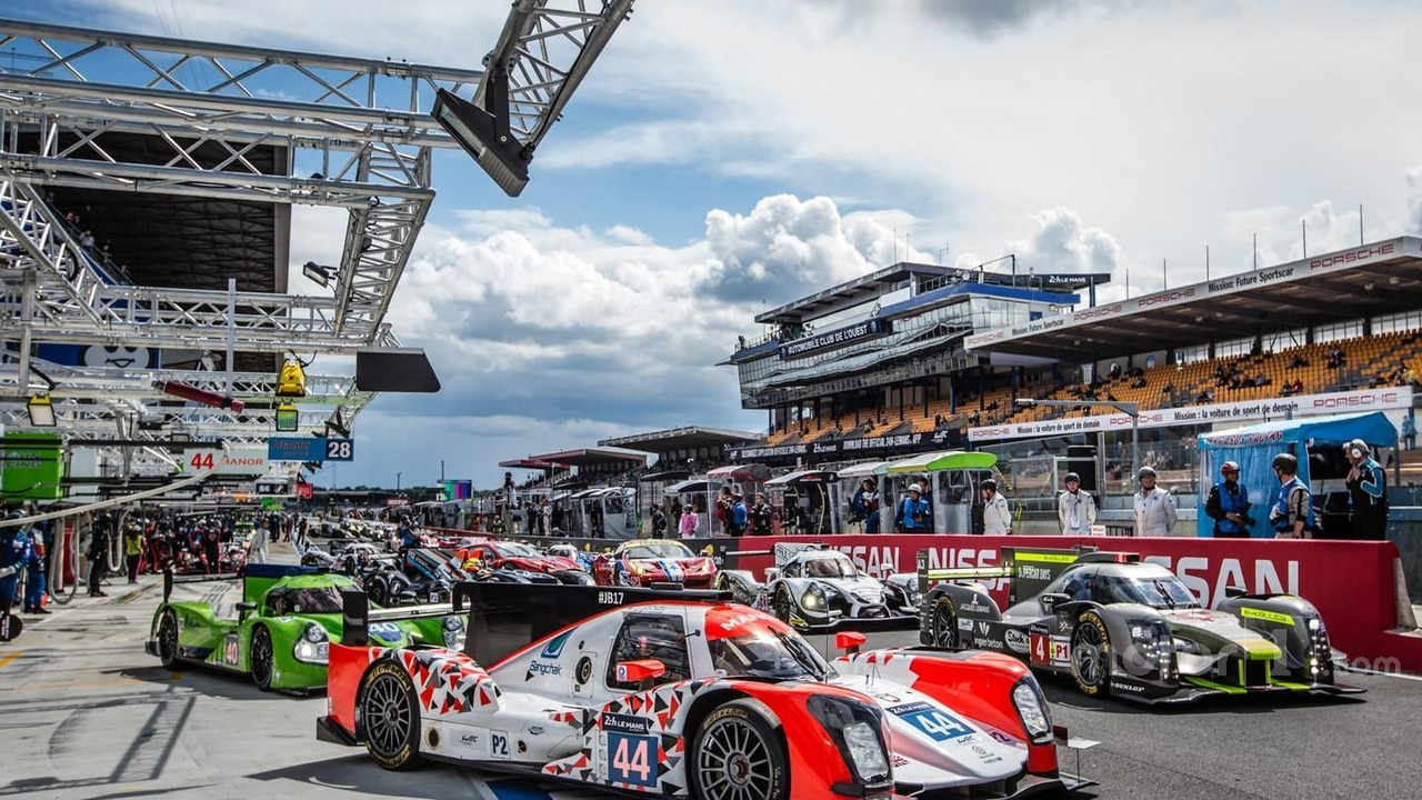 Traffic jam on pitlane before the practice session starts