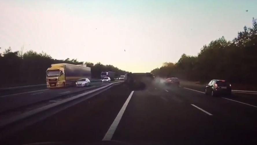 VIDÉO - Cette Tesla prédit l'accident qui va arriver !