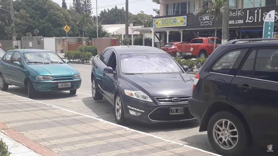 Senki nem áll ki szűk parkolóhelyről úgy, ahogy ez a brazil autós tette