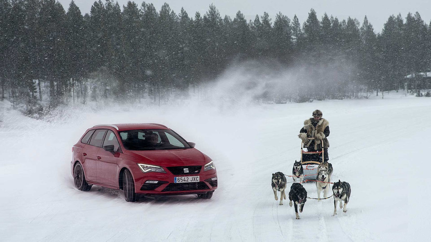 El SEAT León CUPRA 2017 se enfrenta a un trineo en un lago helado de Laponia