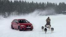 SEAT León CUPRA  frente a un trineo en Laponia