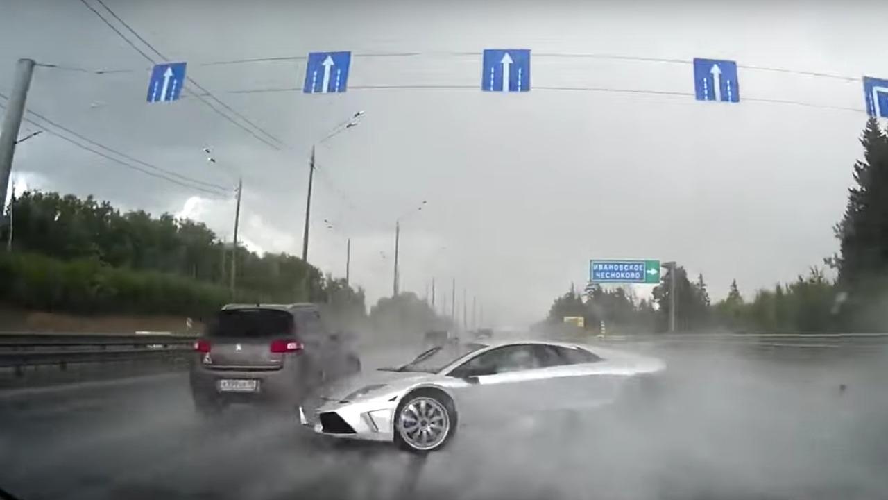 Lamborghini Murcielago bariyerlere çarpıyor