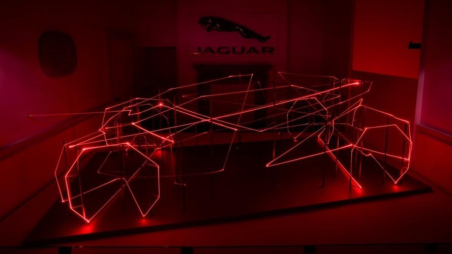 Jaguar lazer gösterisi Londra tasarım şovunda ilgi odağı oldu