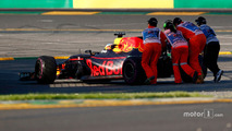 Marshalls push away the car of Daniel Ricciardo, Red Bull Racing RB13