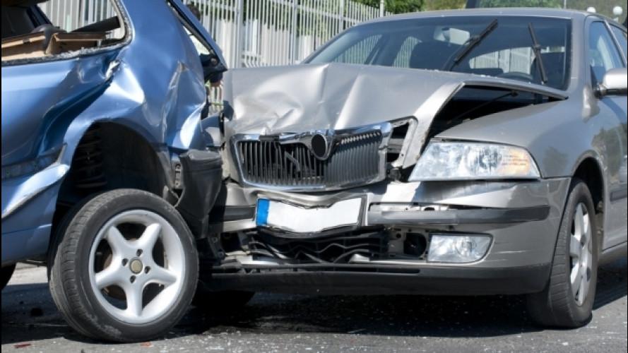 Incidente d'auto, la sosta momentanea è punibile come fuga
