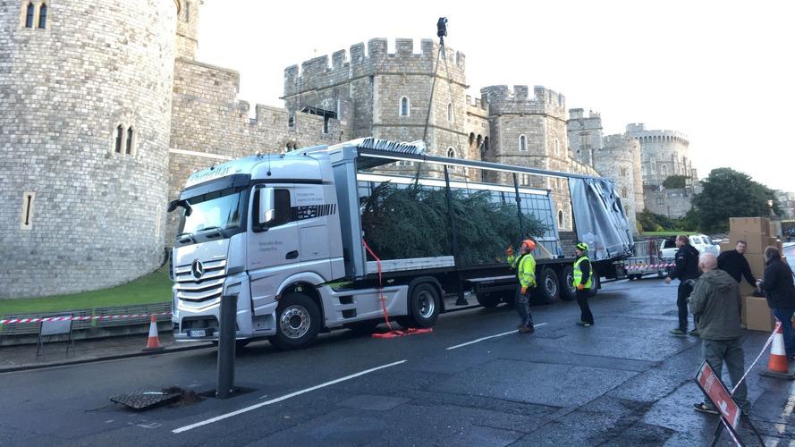 Mercedes, kraliyet ailesine yılbaşı ağacı teslimatında