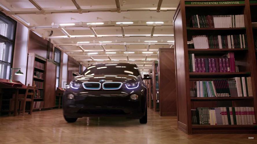 La BMW i3 se promène dans une bibliothèque