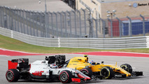 Jolyon Palmer, Renault Sport F1 Team RS16 and Romain Grosjean, Haas F1 Team VF-16 battle for position