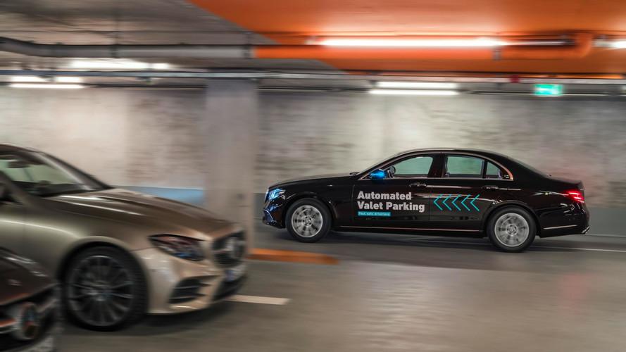 Cette Mercedes part se garer toute seule!