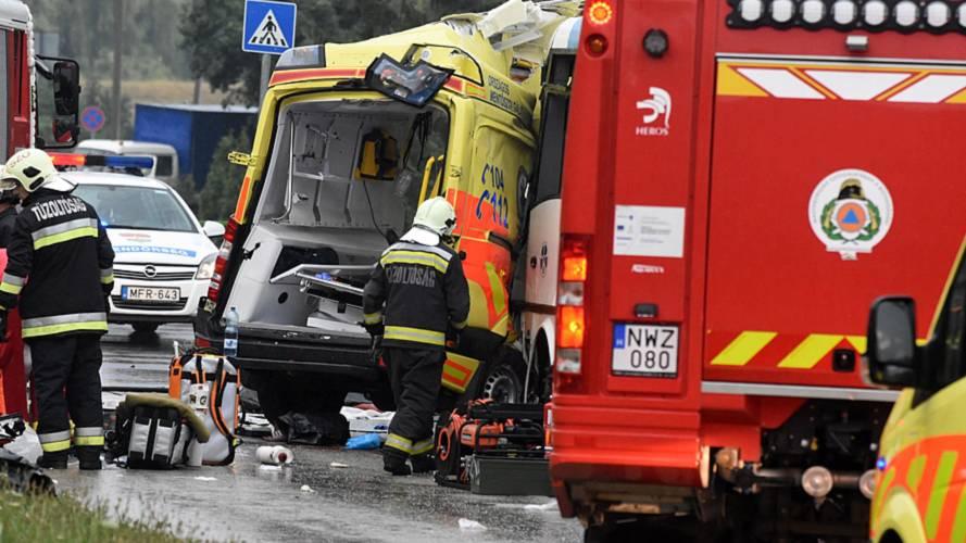 Mentőautó és busz ütközött Szolnokon, ketten meghaltak, többen megsérültek