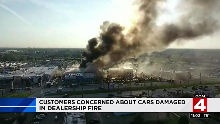 Büyük yangın Chevrolet bayisindeki 30 otomobili yok etti