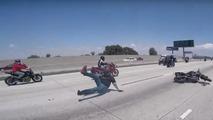 Akrobasi motosikletçisinin ön kaldırma macerası kısa sürüyor