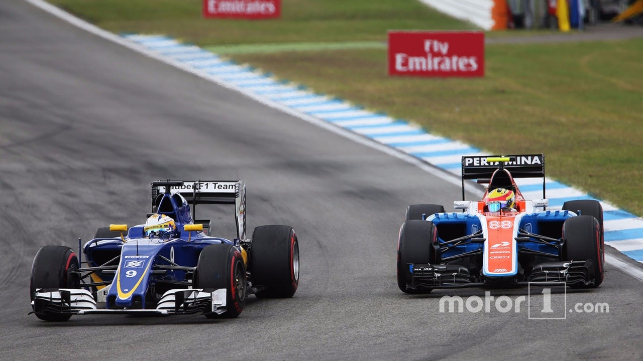 Marcus Ericsson, Sauber C35 and Rio Haryanto, Manor Racing MRT05 battle for position