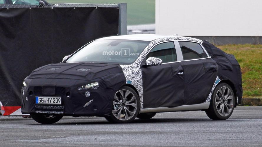 Hyundai i30 Fastback şık arka bölümünü gizlerken yakalandı