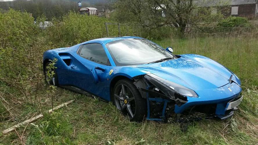 Une Ferrari 488 Spider accidentée et abandonnée dans un champ