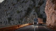 Volvo Trucks yamaç paraşütü gösterisi