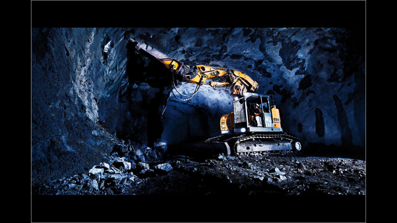 April: Liebherr R 924 Compact Tunnel