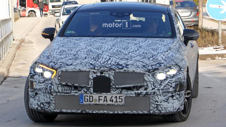 Yeni Mercedes CLS, şık gövdesini saklarken yakalandı