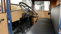 The plain and cramped interior of the Mercedes-Benz Lo2750 corresponds to that of most trucks in the 1930s.