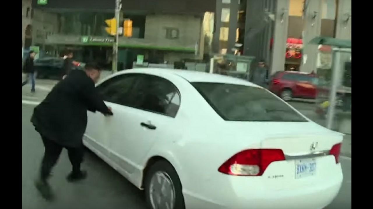 Taxista perde a cabeça e ataca carro do Uber em frente às câmeras (no Canadá)