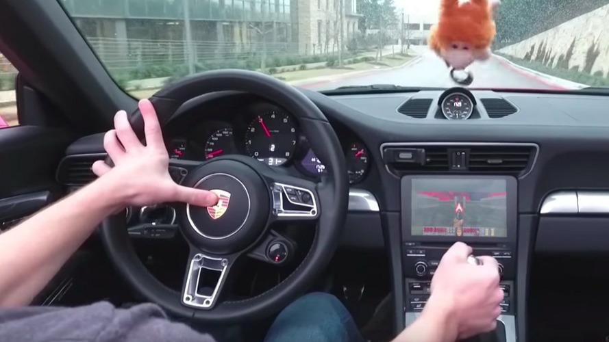 VIDÉO - Il installe le jeu Doom dans sa Porsche 911