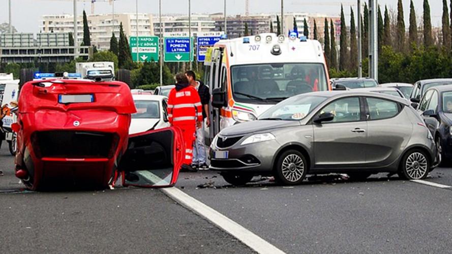 Incidente in auto, non aspettare i soccorsi è reato