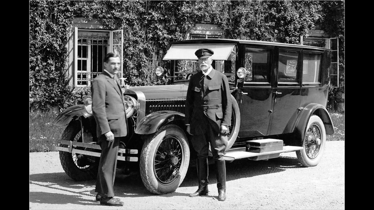 Der Mann rechts sieht zwar aus wie der Chauffeur, doch es handelt sich um den ersten Staatspräsident der Tschechoslowakei Tomáš Masaryk. Er steht hier 1926 vor einem Skoda-Hispano-Suiza.